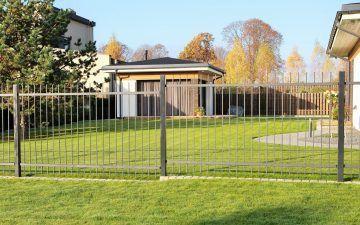 Vertikalių metalinių strypų tvora