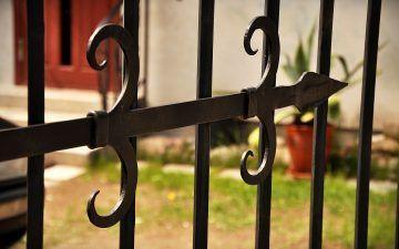 Kalviškos tvoros ir elementai