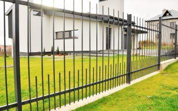 Sutankinta metalinių strypų tvora